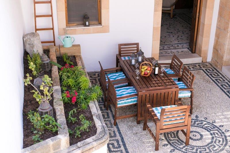 Villa Evangelia - Courtyard with seating