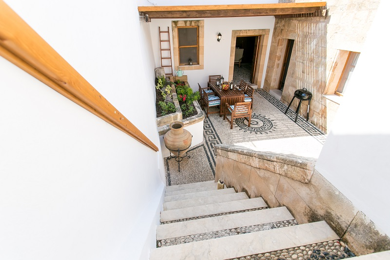 Villa Evangelia - Steps from first floor terrace to courtyard